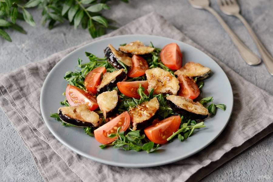 Салат с хрустящими баклажанами и помидорами