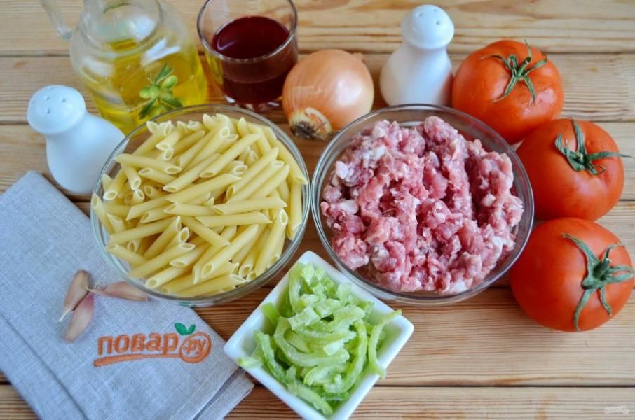 1. Рецепт приготовления макарон по-флотски с фаршем довольно простой. Для начала необходимо помыть и просушить мясо (лучше всего взять кусочек говядины и свинины). Пропустите его через мясорубку или измельчите в блендере.