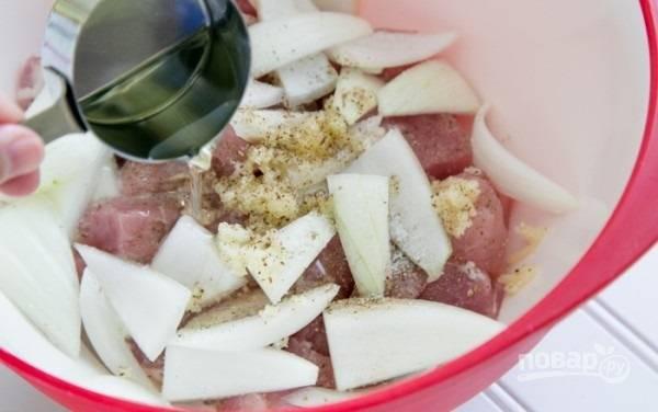 3. Влейте немного оливкового (или любого другого) масла.