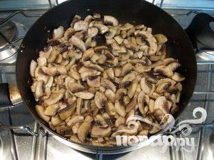 Положить кусочки масла в сковороду, добавить нарезанный лук, соль и перец. Жарить одну минуту и добавить грибы, хорошо перемешать.