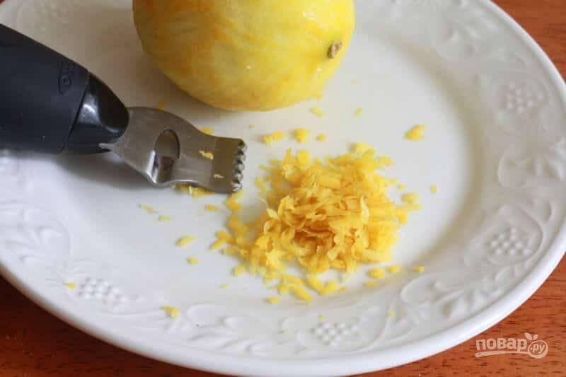 4.Вымойте лимоны, натрите цедру двух и выложите в тесто.