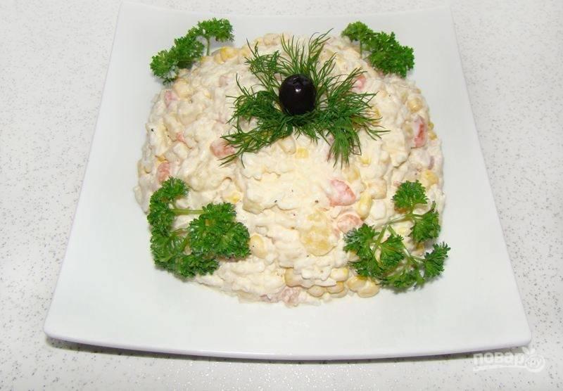 Салат заправьте майонезом, посолите по вкусу и украсьте петрушкой. Приятного аппетита!