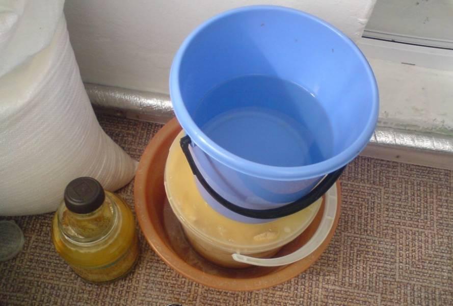 Уложите маслята слоями в посуду/банку вверх шляпками, пересыпая с солью и пряностями. Сверху положите деревянный кружок и поставьте груз.