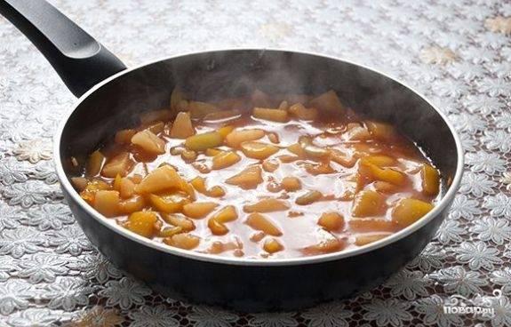 Корень имбиря потрем на средней терке и добавим к перцу. Туда же — яблочный уксус, полстакана сока (из-под консервированного ананаса) и кусочки ананаса. Аккуратно все перемешиваем и тушим еще 3 минуты.
