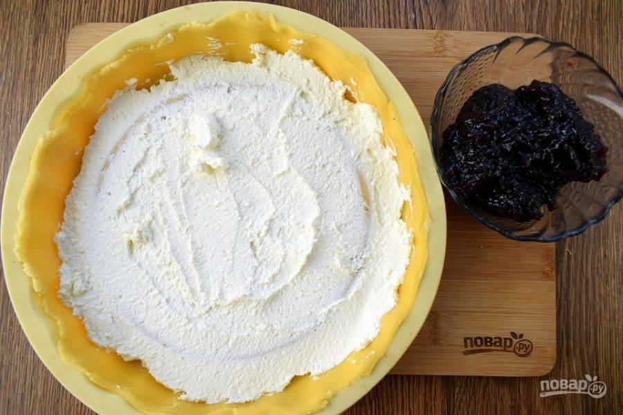 Распределите творог равномерно по дну пирога.