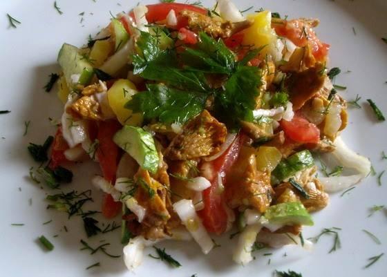 Теперь солим и перчим салат, посыпаем его свежей измельченной зеленью и заправляем растительным маслом, хорошенько все перемешиваем. Теперь салат можно подавать к столу, господа. Приятного всем аппетита!