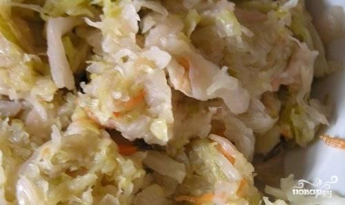 За 10 минут до готовности добавьте в суп отжатую от влаги капусту.