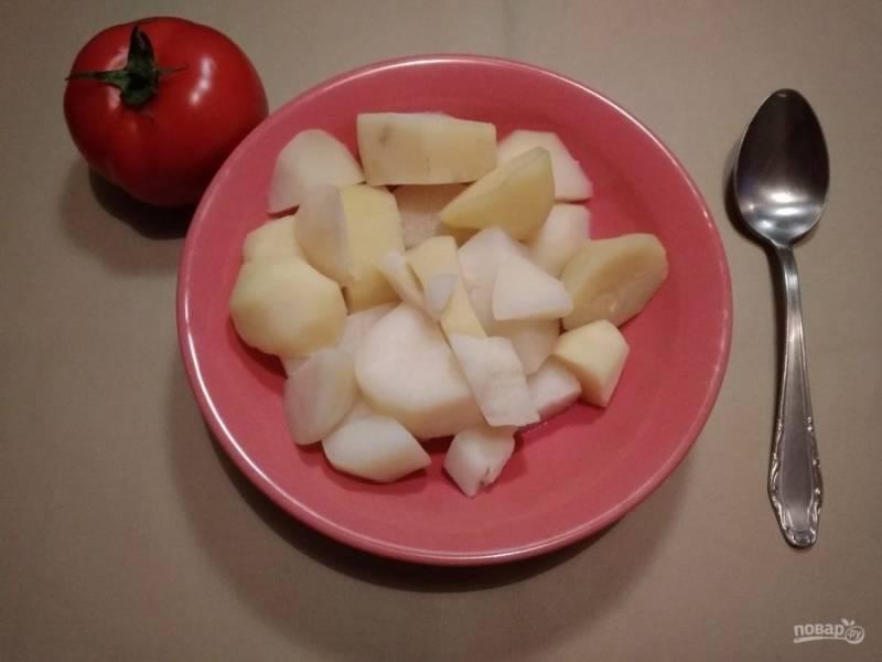 2. Для начала отварите картофель до готовности, предварительно его очистив.