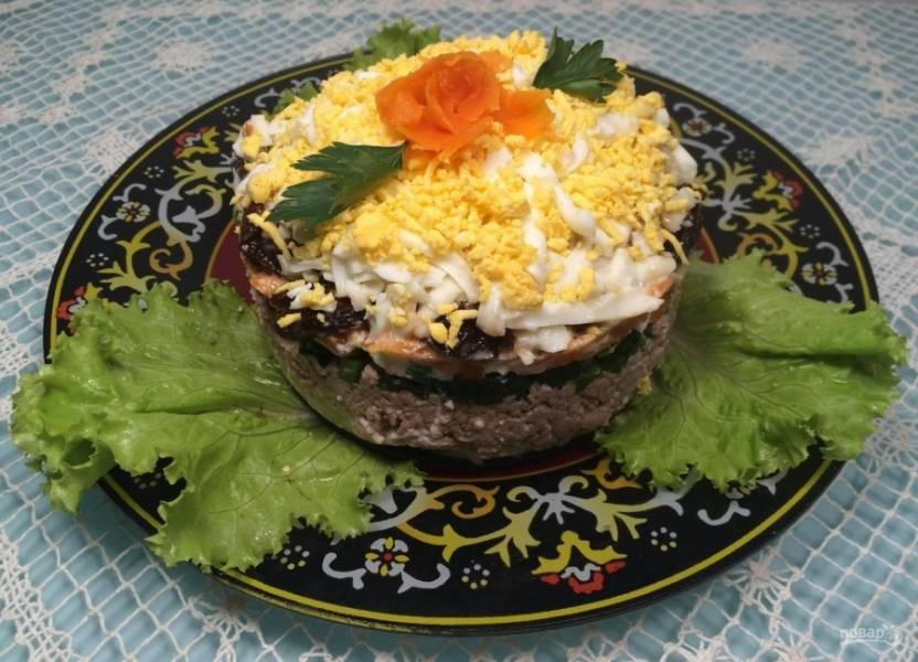 И в конце распределите белок, а сверху насыпьте желток. Салат готов! Украсьте его по желанию. Приятного аппетита!