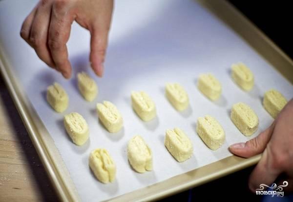 8. Разогрейте духовку до 180 градусов. Застелите противень пергаментом и выложите печеньки. Если хотите более румяные, смажьте взбитым желтком.