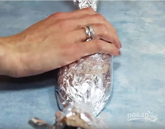 В фольгу выложите фарш, сформируйте конфету, положите получившуюся конфету в пакет. Поместите колбасу в кипящую воду и готовьте 1 час. Готовую колбасу остудите, а затем извлеките из упаковки.