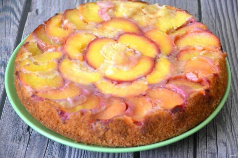 После того, как пирог немного остынет, аккуратно переверните его на блюдо.