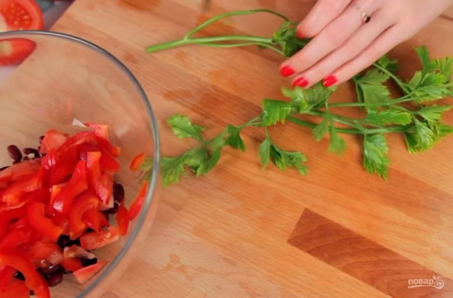 1. Для начала подготовьте все ингредиенты для начинки. Для этого нарежьте небольшими кусочками помидор и болгарский перец, натрите твердый сыр на мелкой терке, мелко нарежьте лук и зелень.