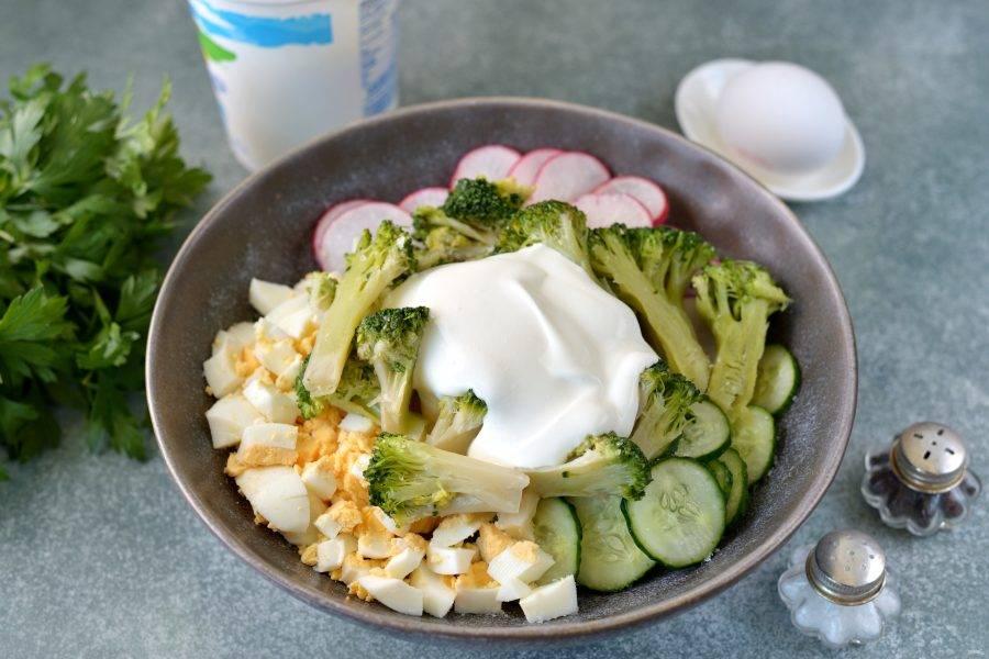 Салат посолите и поперчите по вкусу, добавьте жирную некислую сметану, аккуратно все перемешайте.
