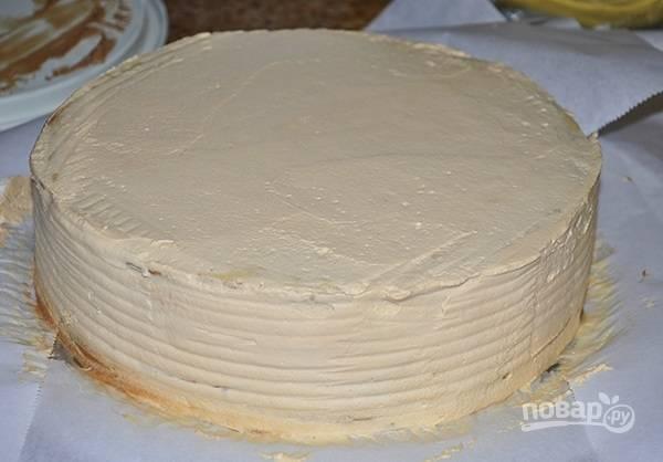 13. Тщательно промажьте верх и борта, выровняйте ножом или шпателем. Уберите тортик в холодильник на пару часов.