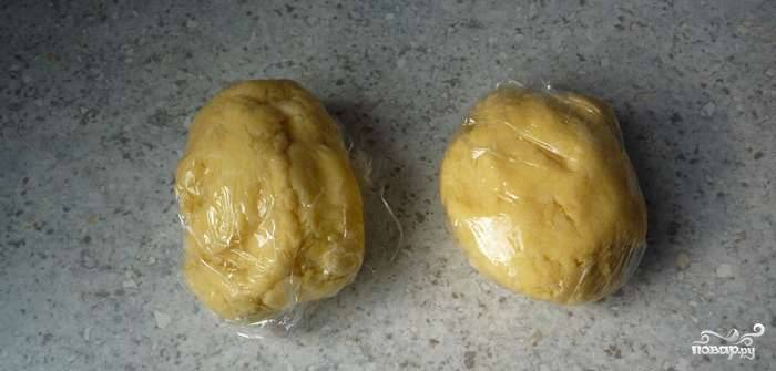 1. Из сливочного масла, муки, 70 грамм сахара и яйца замесите тесто. Оберните его в пищевую пленку и ненадолго уберите в холодильник.