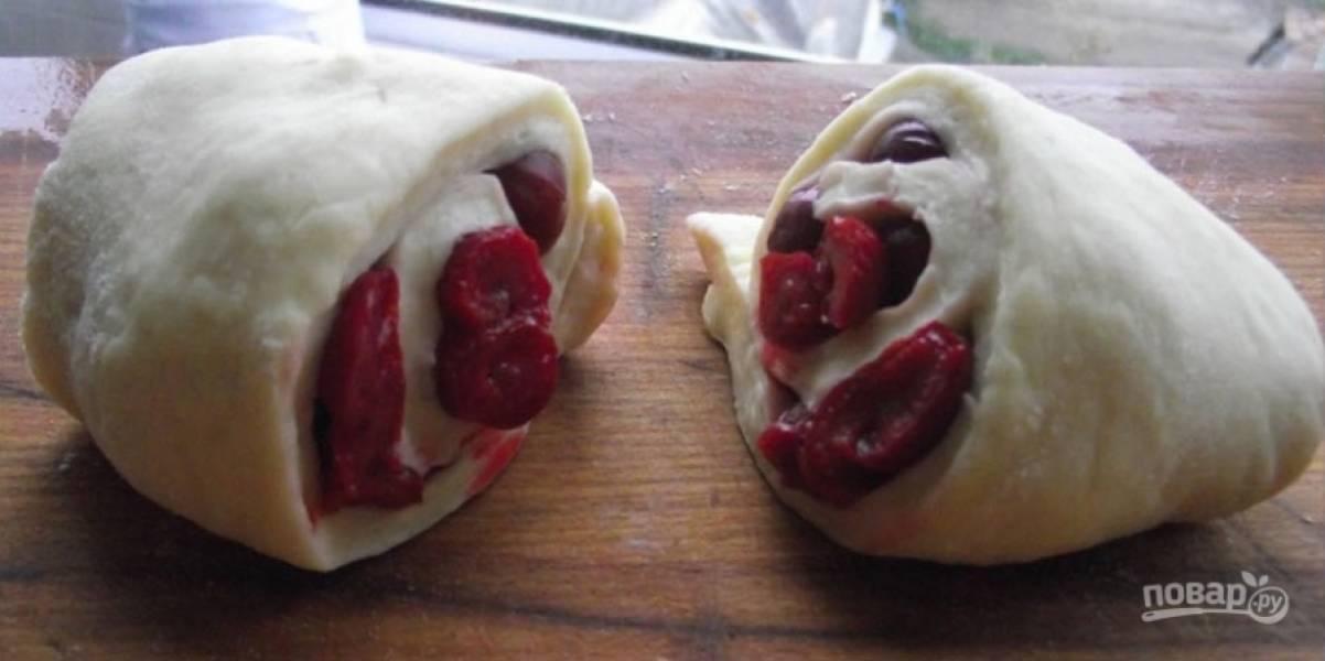 3. Теперь раскатаем тесто, выкладываем начинку в раскатанное по форме тесто и сворачиваем все одним большим рулетом, который потом разрезаем на маленькие рулетики. Мак, изюм и ягоды можно смешать, а можно использовать по отдельности. Вот только к начинке надо добавить 200 грамм сахара и 50 грамм размягченного масла.