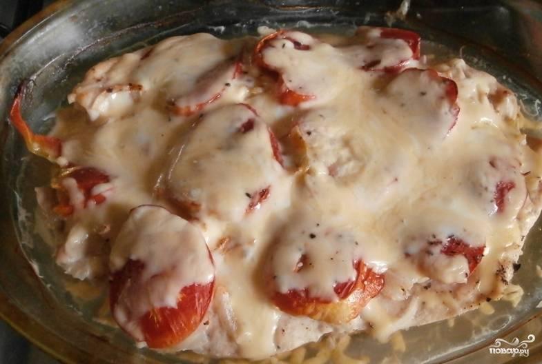 Когда мясо побелеет и станет мягким, присыпаем его тертым сыром. Готовим еще 4-5 минут.