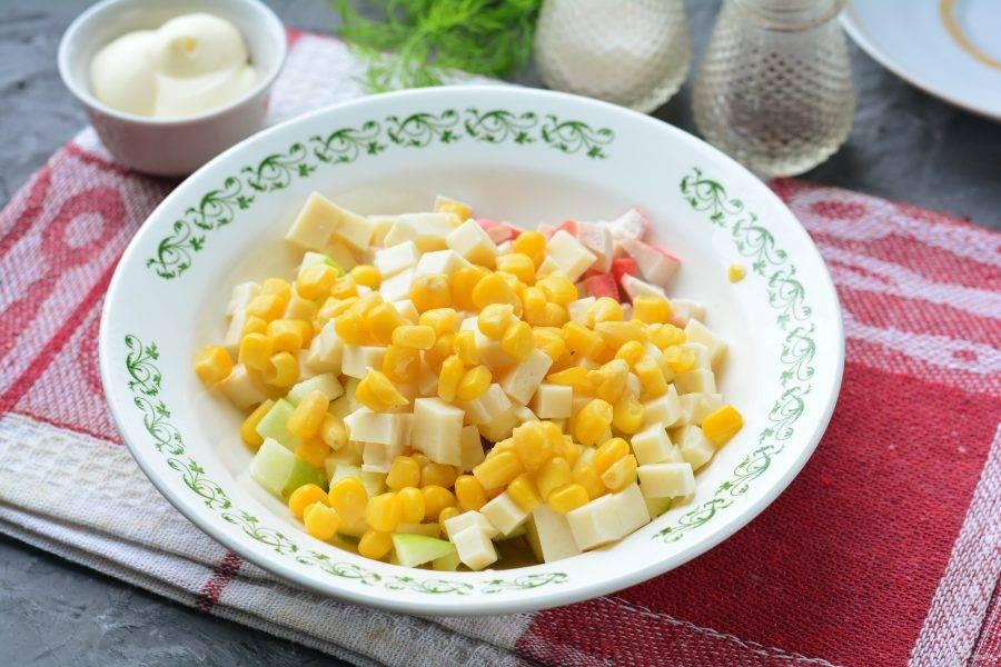 Слейте маринад  с кукурузы, добавьте зерна в салат.