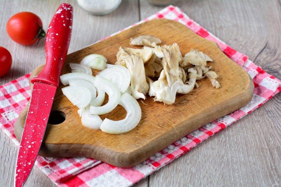 Нарежьте полосками грибы и лук. Грибы можно использовать любые.