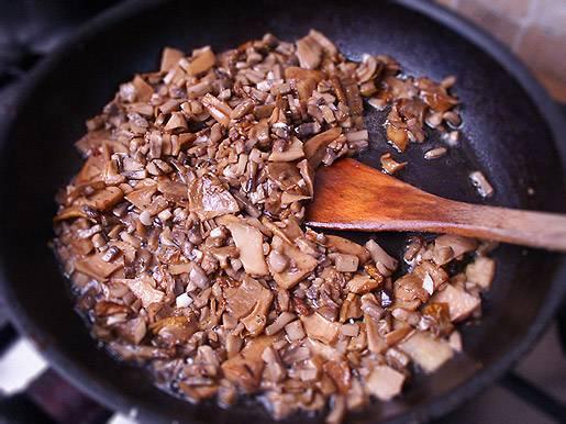 1. Куриное филе или другую часть курицы тщательно промыть и залить холодной водой. Довести до кипения и варить на среднем огне до готовности. Тем временем на сковороду налить немного масла и отправить туда измельченный лук. Обжарить до золотистого цвета. Грибы вымыть, обсушить и добавить к луку. Жарить на среднем огне, посолив и поперчив по вкусу.