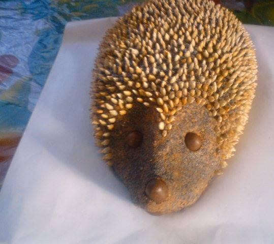 6. Арахис в шоколаде используем для носика и глазок, а подсолнечные семечки - для иголок. Украсьте, дайте немного постоять - и готово!
