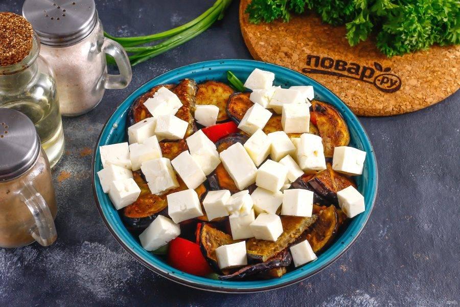 Козий сыр нарежьте кубиками и добавьте в емкость. Если сыр соленый на вкус, то соль удалите из списка ингредиентов.