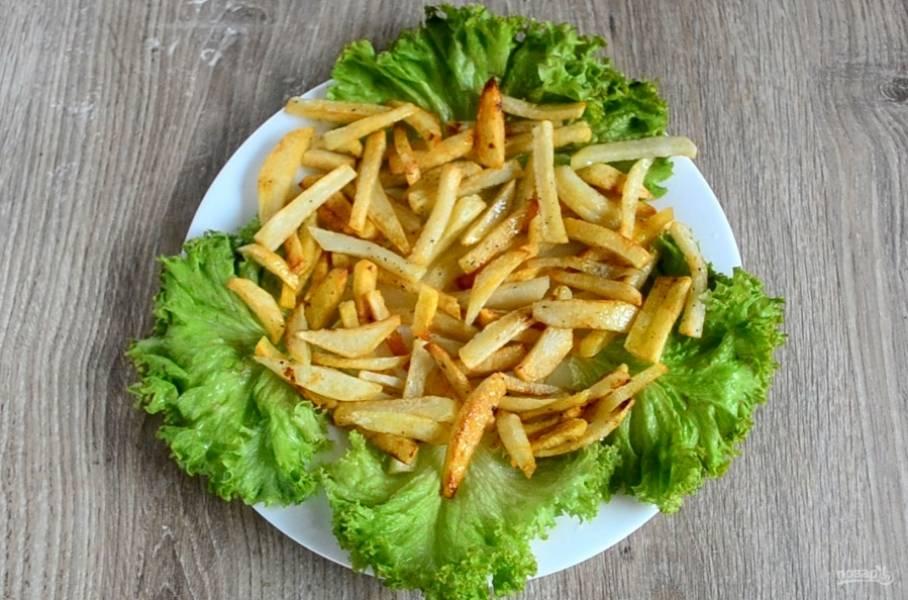 Сверху выложите картофель фри.