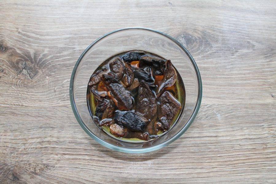 Сушеные грибы сполосните и выложите в миску. Залейте их холодной водой и оставьте на 8 часов.