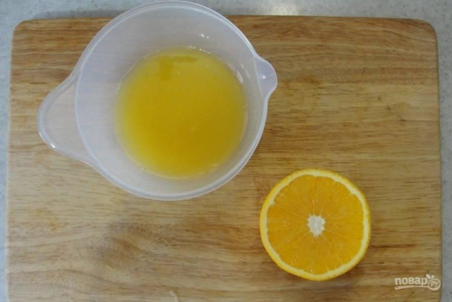 Процесс приготовления натурального мармелада начинаем с того, что выжимаем сок апельсина.