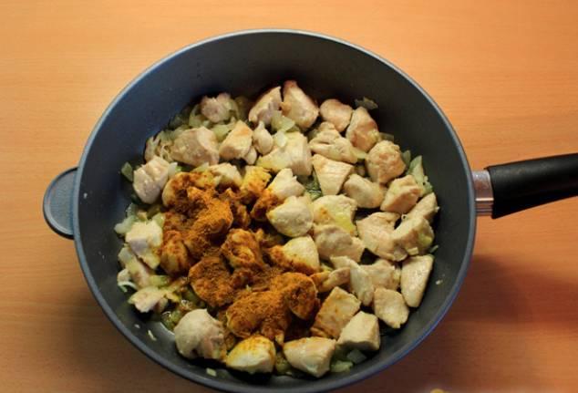 Обжариваем мясо с луком на маленьком огне, затем добавляем приправу карри.