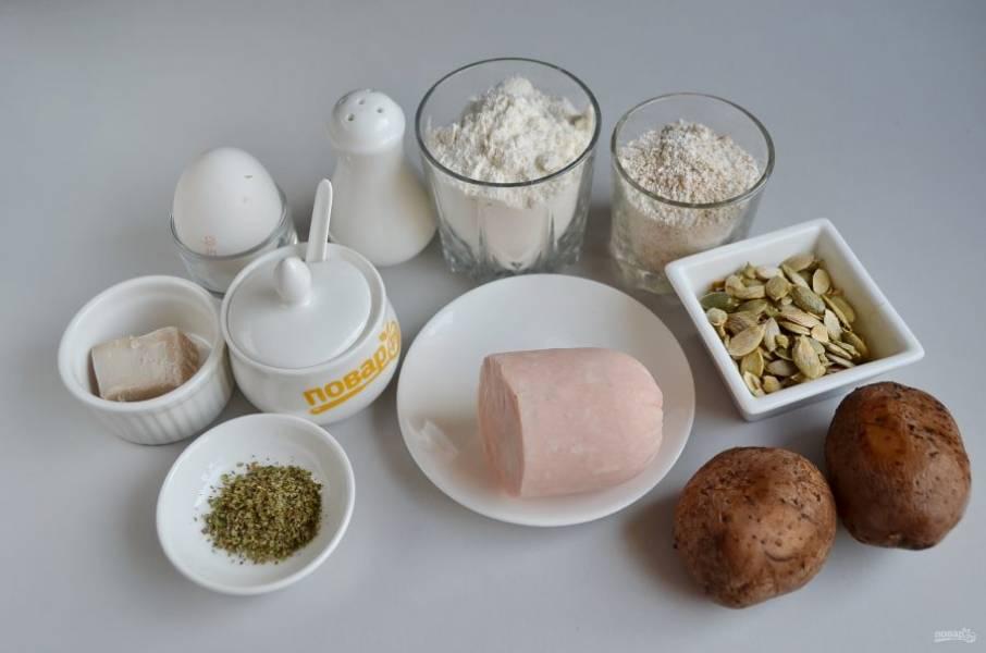 1. Подготовьте продукты. Картофель отварите заранее, но для булочек он должен быть теплым, не из холодильника.