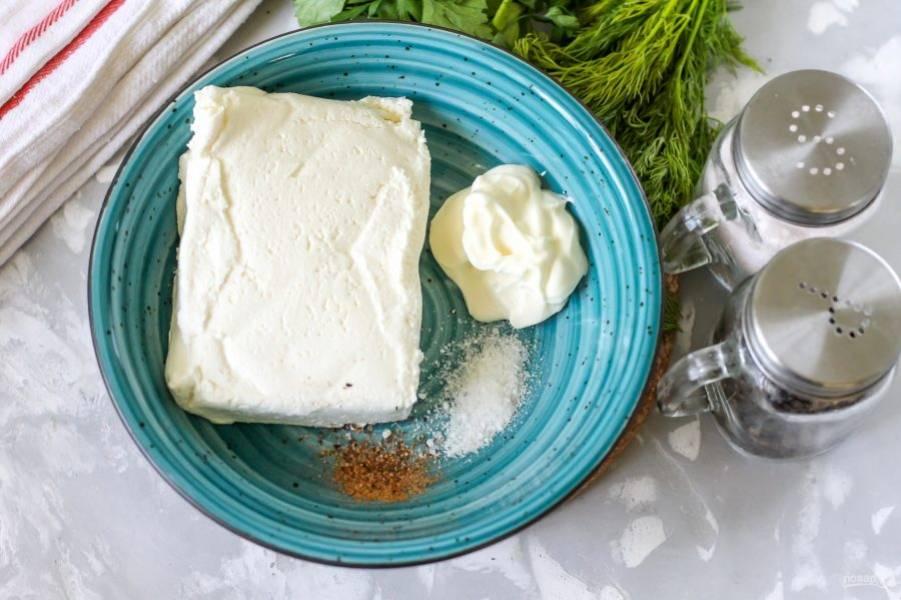 Творог любой жирности выложите в глубокий салатник или миску, добавьте туда же сметану любой жирности, классический йогурт или нежирный майонез. Всыпьте соль и немного молотого черного перца.