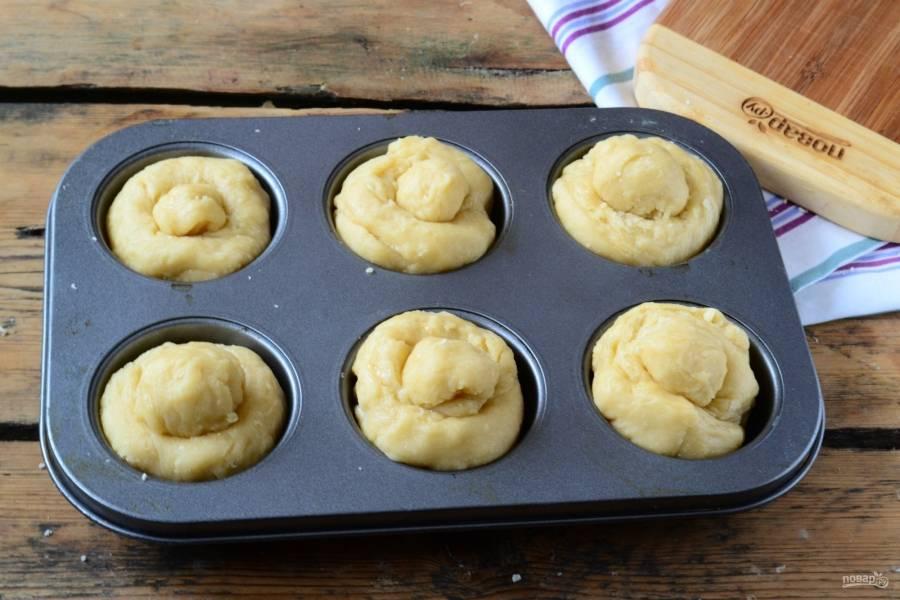 Положите подготовленные булочки в формы для кексов, подходящие по размеру, и оставьте при комнатной температуре на 1-1,5 часа для расстойки. Булочки еще немного подрастут. Затем отправьте их в духовку, разогретую до 200 градусов, на 15-20 минут. По желанию предварительно можно смазать их желтком, но у меня они и так прекрасно подрумянились.