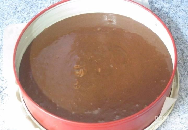 В конце добавьте уксус. Ещё раз перемешайте. Тесто влейте в форму для выпечки. Запекайте основу для тортика в течение часа.