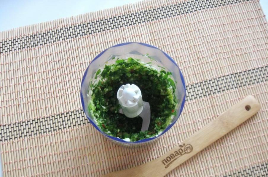 Измельчите эти ингредиенты в блендере до консистенции кашицы.