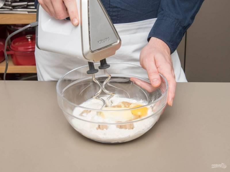 1. Взбейте вместе мягкое масло, теплое молоко (100 мл), яйцо, дрожжи, муку, соль и 30 г сахара. Оставьте смесь набухать на 30 минут.