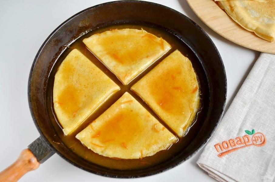 19. Часть соуса влейте в сковороду, разогрейте. Прогревайте крепы партиями в апельсиновом соусе и подавайте сразу горячими с шариком мороженого. В оригинальном рецепте крепы нужно фломбировать, для этих целей используют крепкий апельсиновый ликер, но если десерт предназначен для детей, то лучше этого не делать.