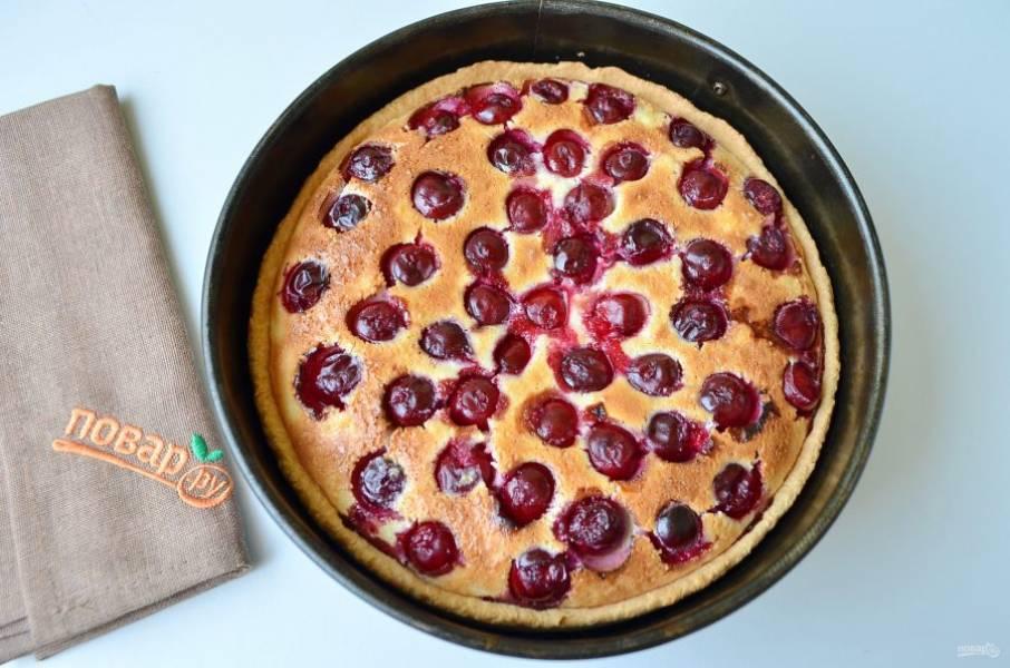 8. Готовый тарт полностью остудите, после чего можно извлечь из формы и порезать на кусочки.