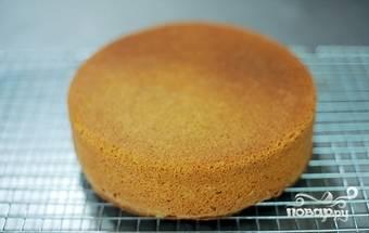 Когда бисквит остыл, срезаем верхнюю часть торта. Вынимаем всю мякоть. Оставляем лишь бортики по бокам один сантиметр.