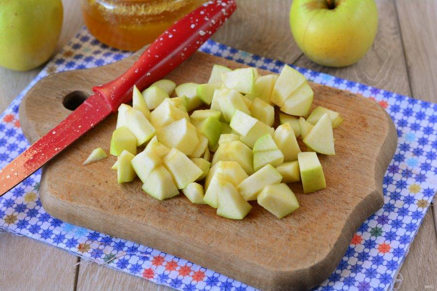 Яблоки вымойте и нарежьте кубиками.