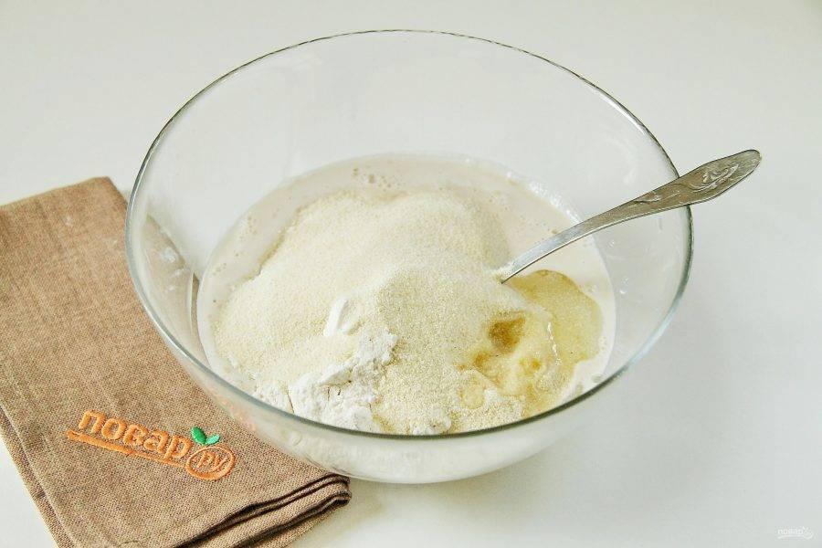 К полученной смеси добавьте муку, манку и оливковое масло.