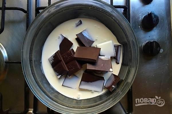 3. Пока застывает корж можно заняться начинкой. Сливки и шоколад растопите на водяной бане.