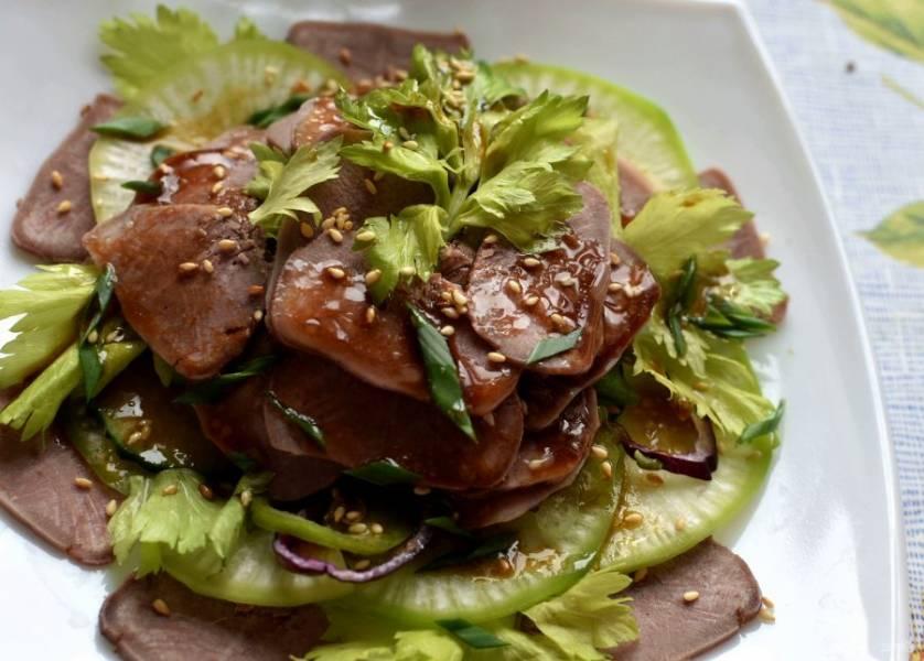 Верх салата посыпьте жареным кунжутом, зеленым луком и украсьте зеленью сельдерея. Полейте  щедро заправкой и дайте постоять минут 15 в холодильнике.