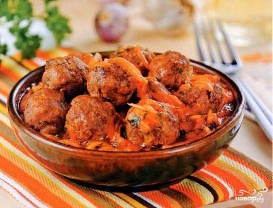 Подавать готовые тефтели в глубоких тарелках с соусом, в котором они тушились. При подаче посыпать мелко нарезанной зеленью и чесноком.