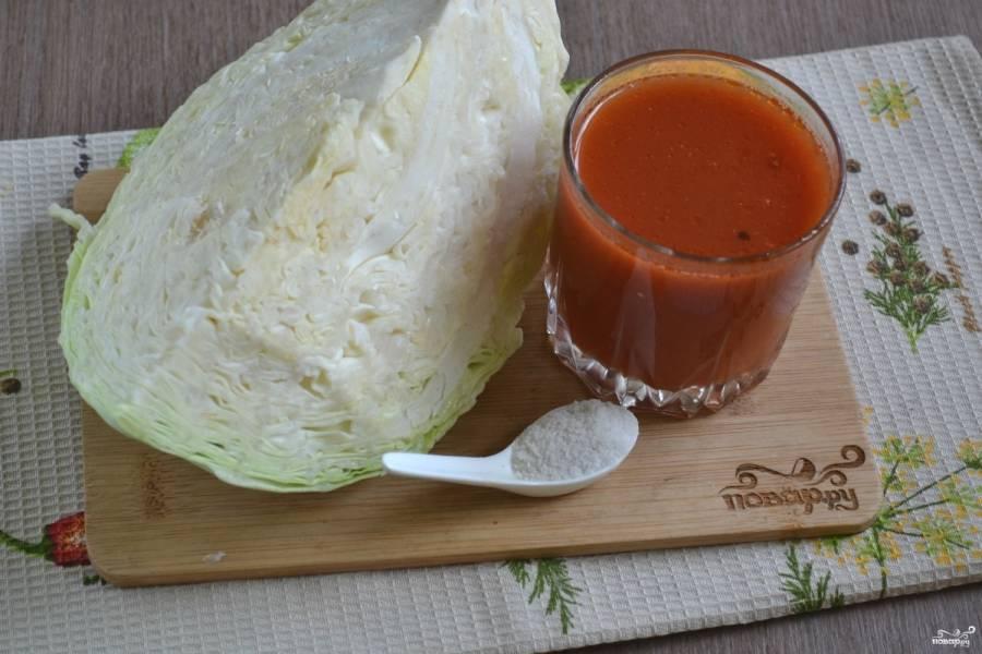 Подготовьте необходимые ингредиенты. Помидоры пропустите через соковыжималку, чтобы получить томатный сок.