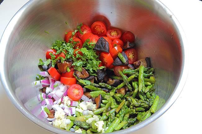 3. А теперь складываем все ингредиенты в салатницу. Чеснок пропустим через пресс, лук режем полукольцами, а помидорки разрежем на половинки.