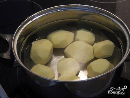 Вымыть и очистить картофель.