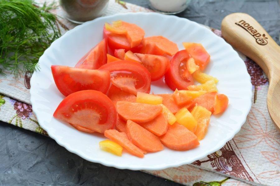 Нарежьте овощи средними дольками и кусочками — помидоры, морковку и сладкий перец.
