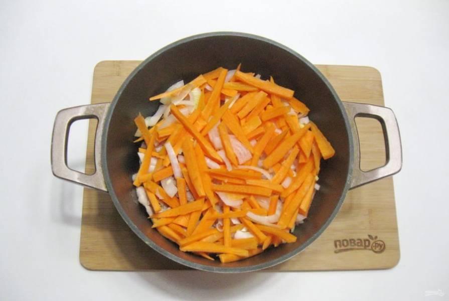 Выложите морковь с луком в казан с курицей. Налейте подсолнечное масло. Немного посолите. Я добавила четверть чайной ложки куркумы.